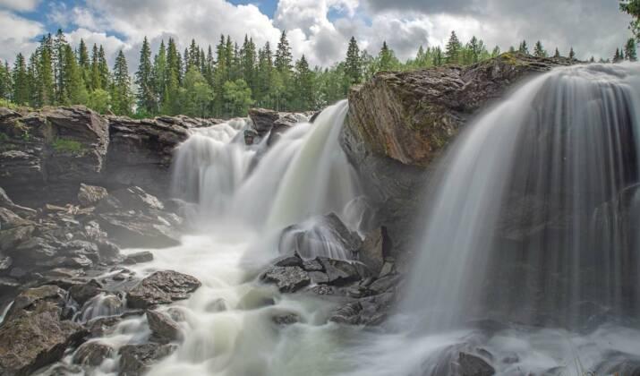 En Suède, on a construit un radeau et descendu la rivière Klarälven en famille