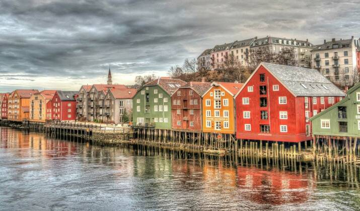 VIDÉO - En Norvège, conduisez sur une route à fleur d'océan