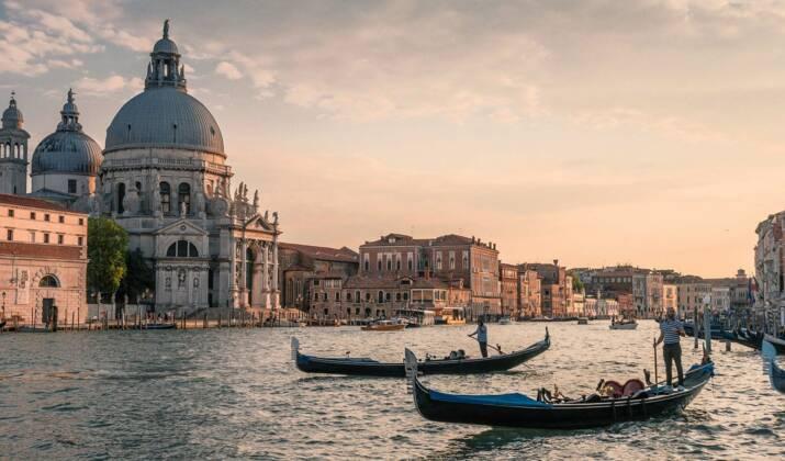 """Venise, protégée de la crue par ses digues artificielles, célèbre un """"jour historique"""""""