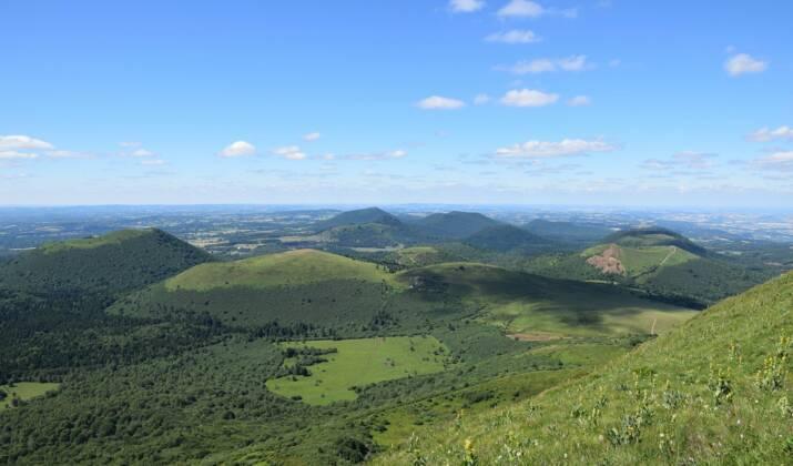 Les volcans d'Auvergne vus de montgolfière