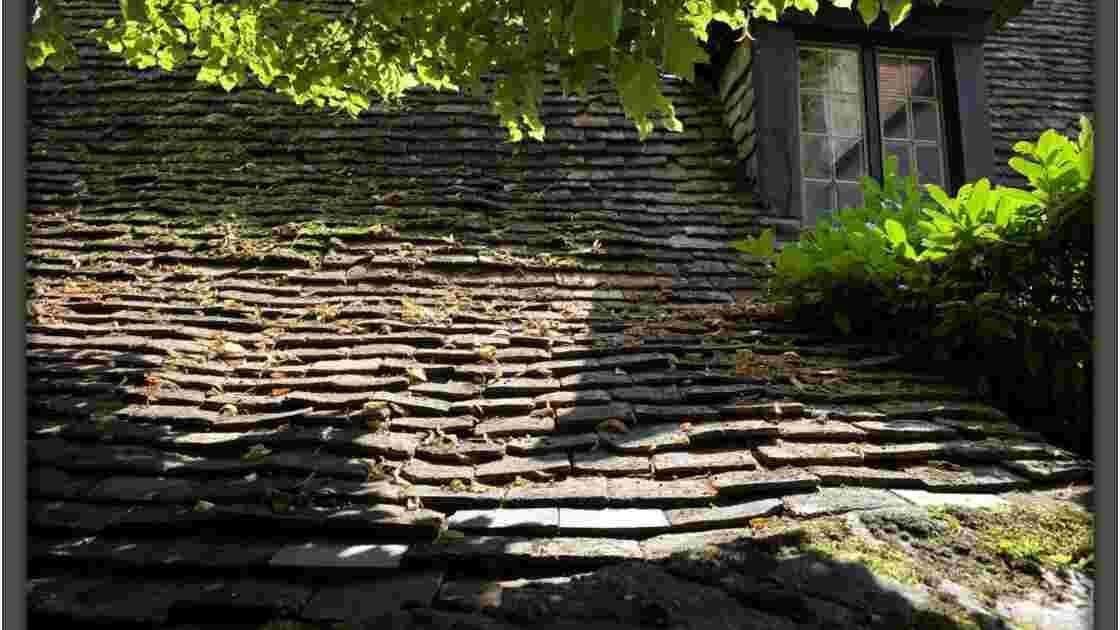 la toiture en Lauzes , Ce sont des pierres plates posées ...