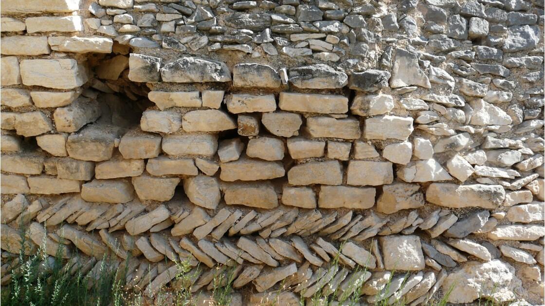 Murs construits en arêtes de poisson