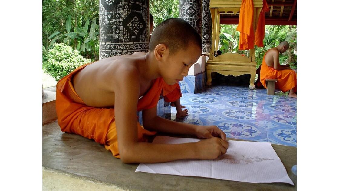 Laos . Moine au travail Luang Prabang