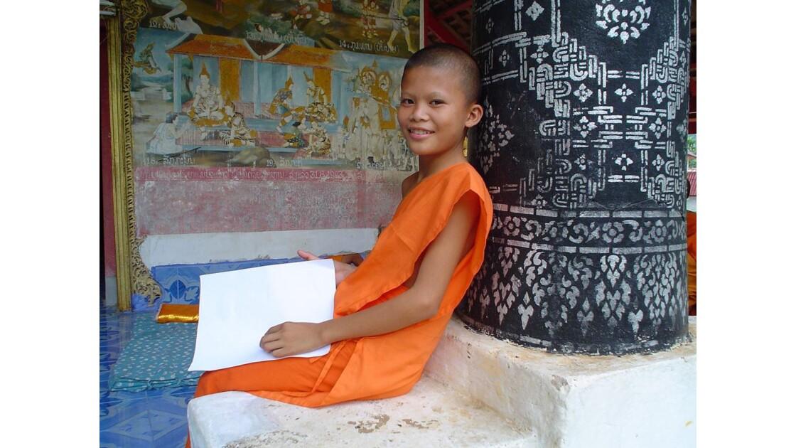 Novice dans un temple du Laos.
