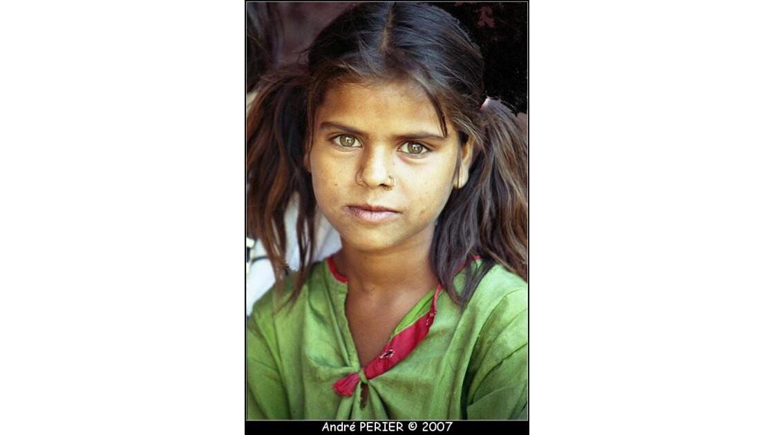 Petite fille aux yeux clairs