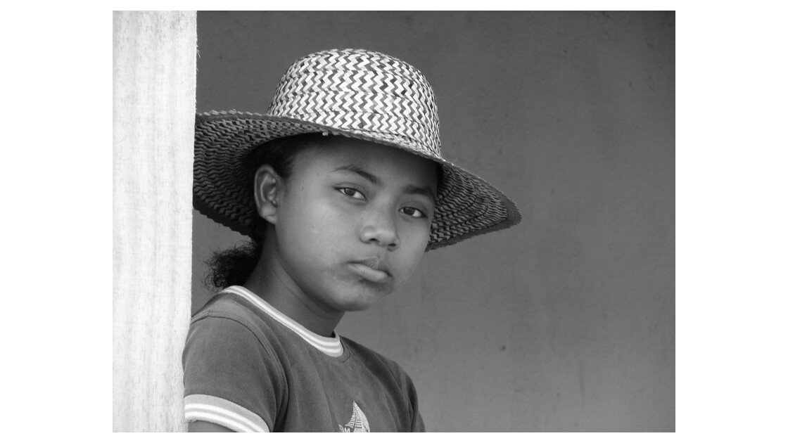 jeune fille malgache au chapeau