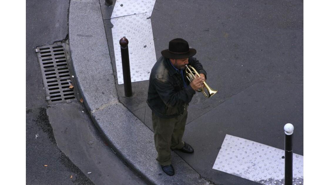 Chanteur dans les rues de Paris