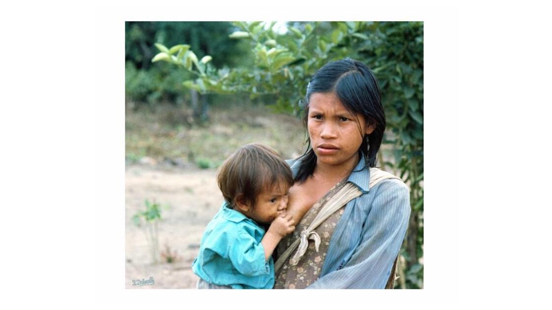 M_re_amazonienne_allaitant_son_enfant.j