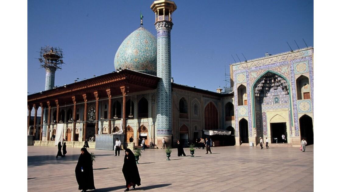 Dans la cour du Mausolée Shah-e Cherag
