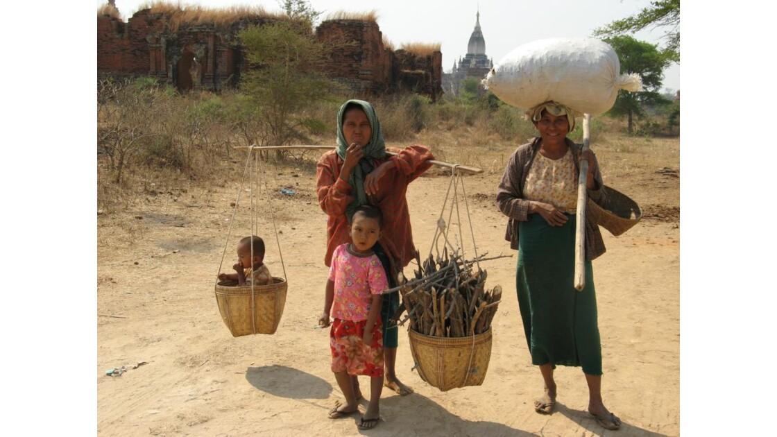 Site de Bagan, paysannes et enfants