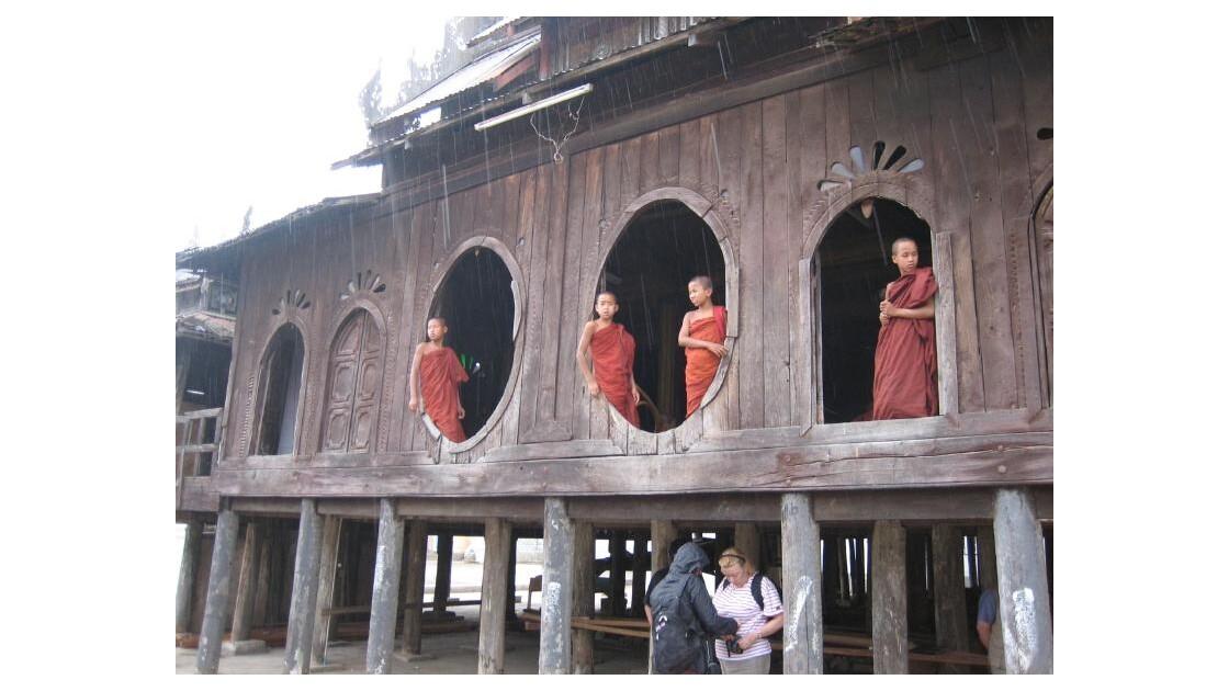 monastère prèsdu lac INLE.JPG