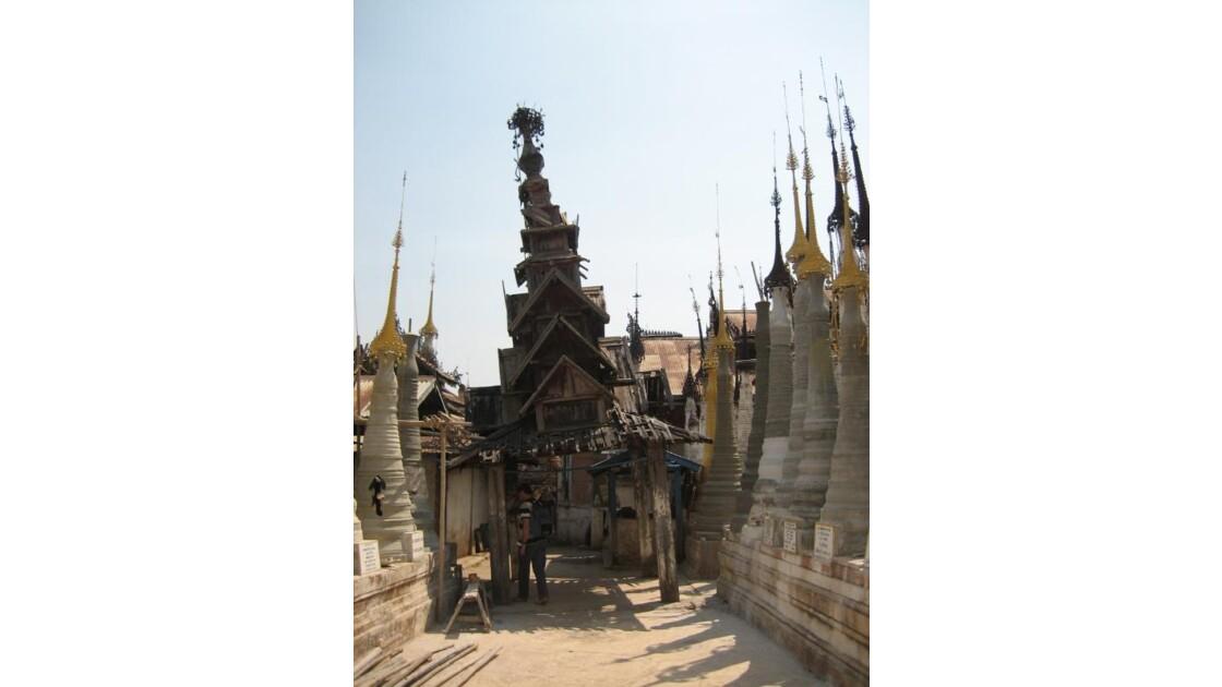 pagodons près du lac INLE.JPG
