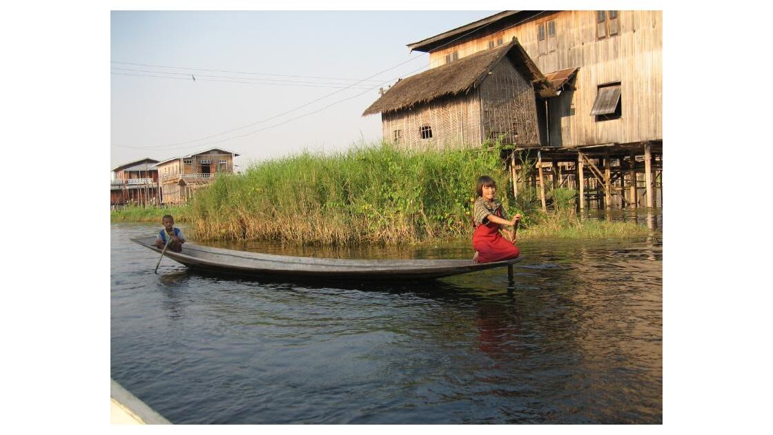 village sur le lac INLE.JPG