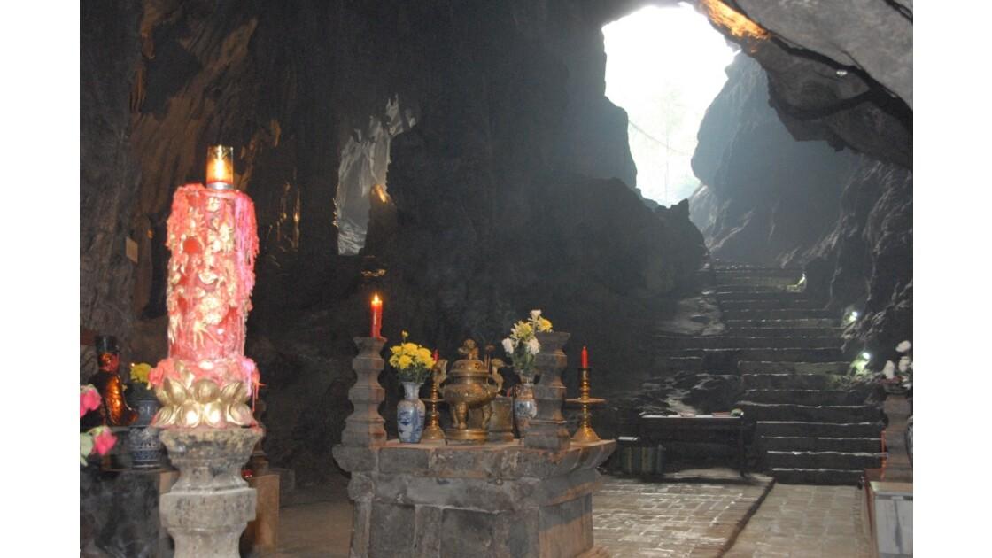 Grotte des Parfums, Baie d'Along terres