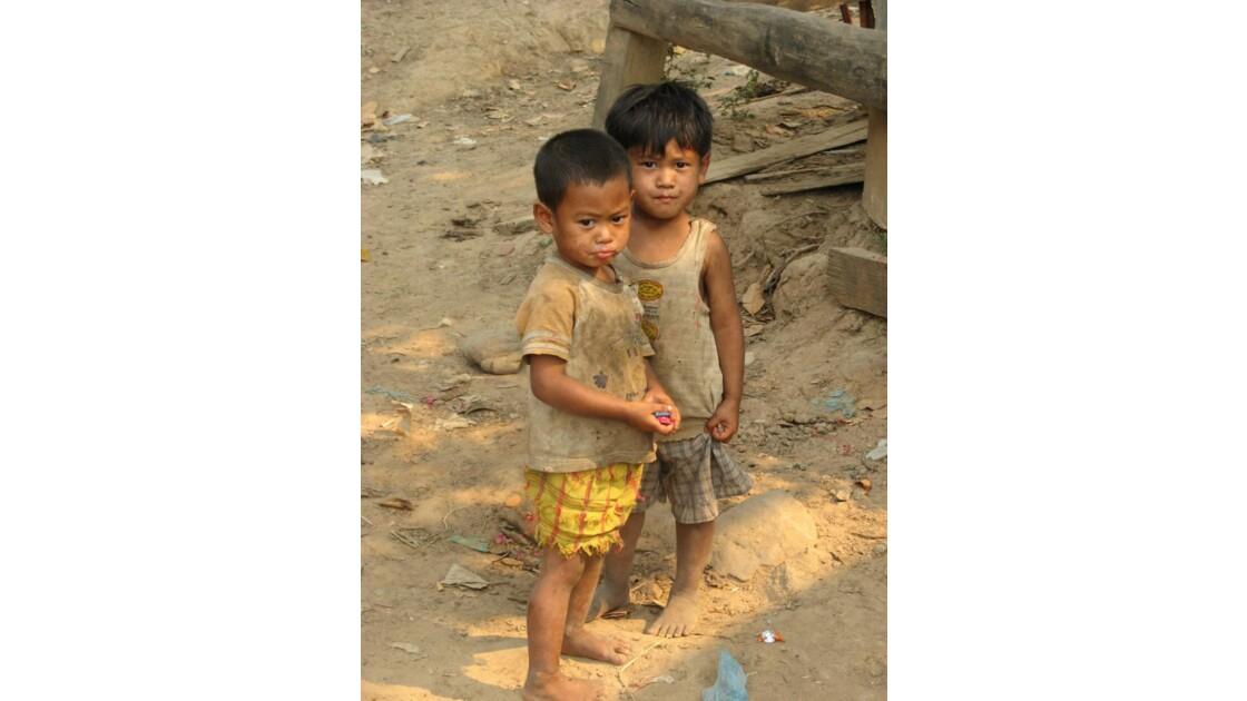 Enfants dans la Campagne en Birmanie