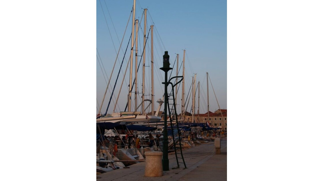 Stari Grad-Le port.JPG