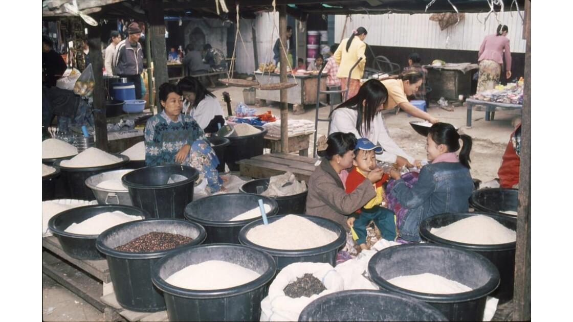 BIRMANIE - Le marché de Kengtung