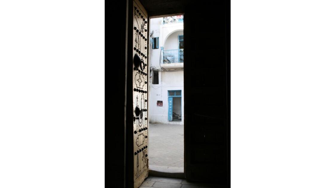 derriere la porte