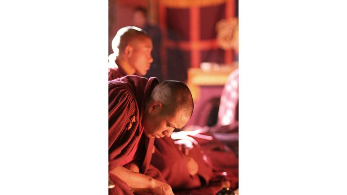 Moines dans le monastère de Tengboche