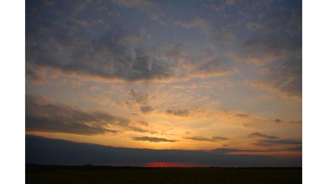 ciel du soir au soleil couchant.