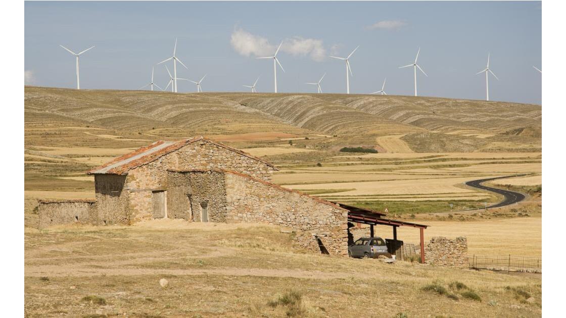 Bergerie et éoliennes.