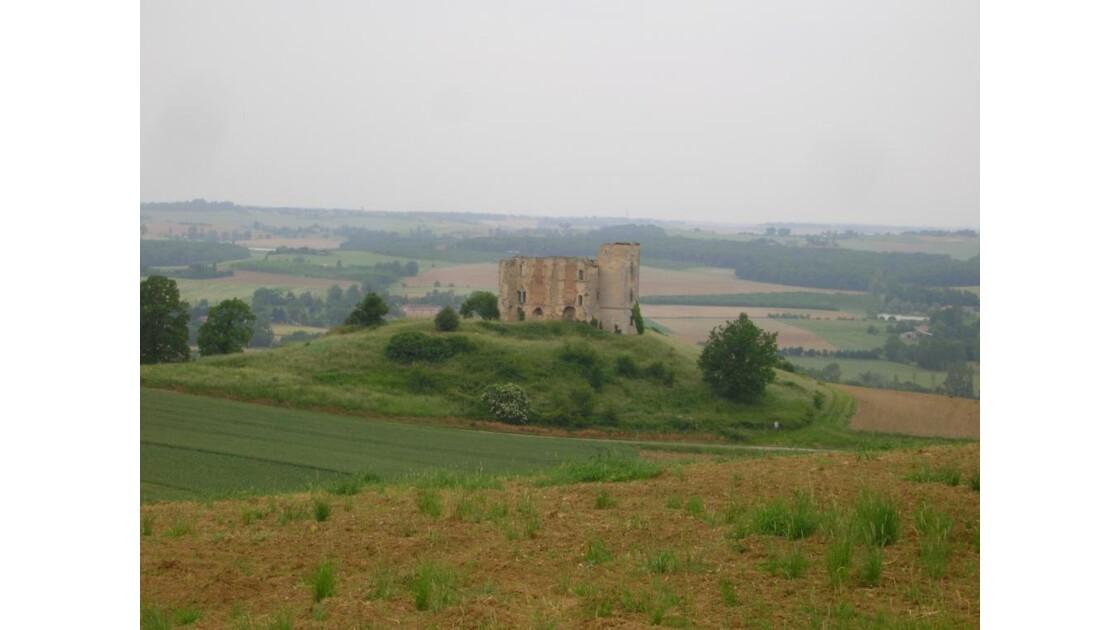 ruines d'un chateau dans la brume