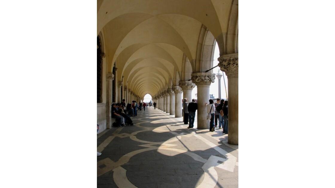 Sous les arches du Palais des Doges
