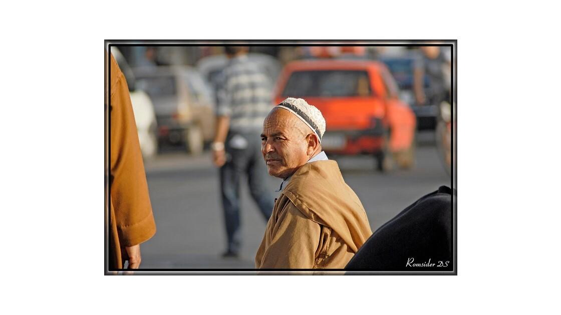 Le penseur dans la cohue (Agadir, Maroc