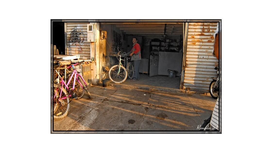 Le réparateur vélos, (Agadir, Maroc)