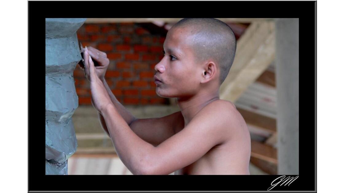 Laos . Renovation d'une statue de Boudha