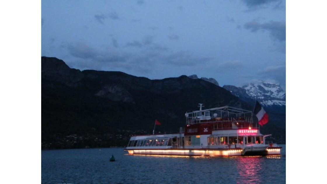 Bateau restaurant sur le lac d'Annecy