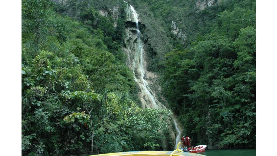 Sous la cascade.
