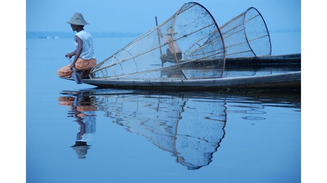 Pêcheur à l'aube sur le lac Inle.JPG