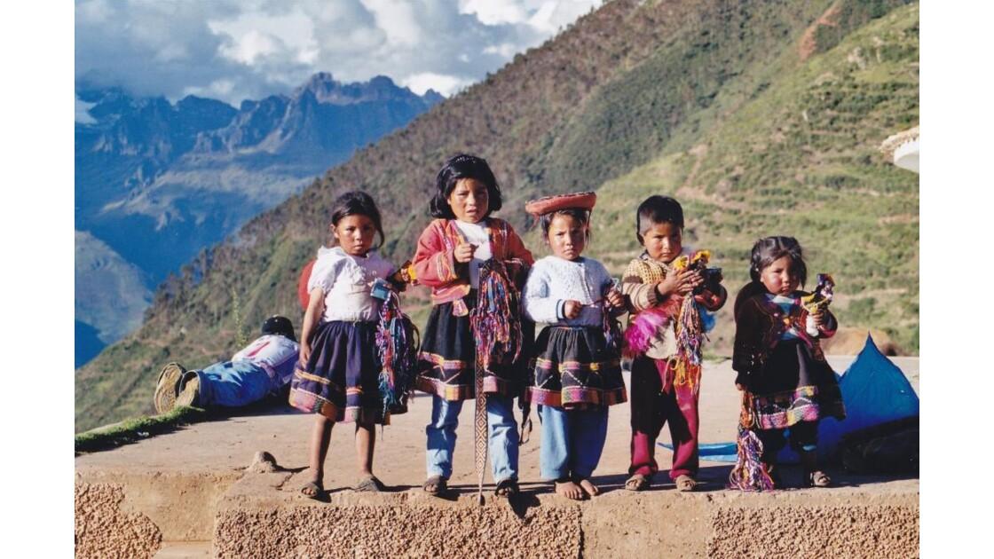 enfants dans la montagne
