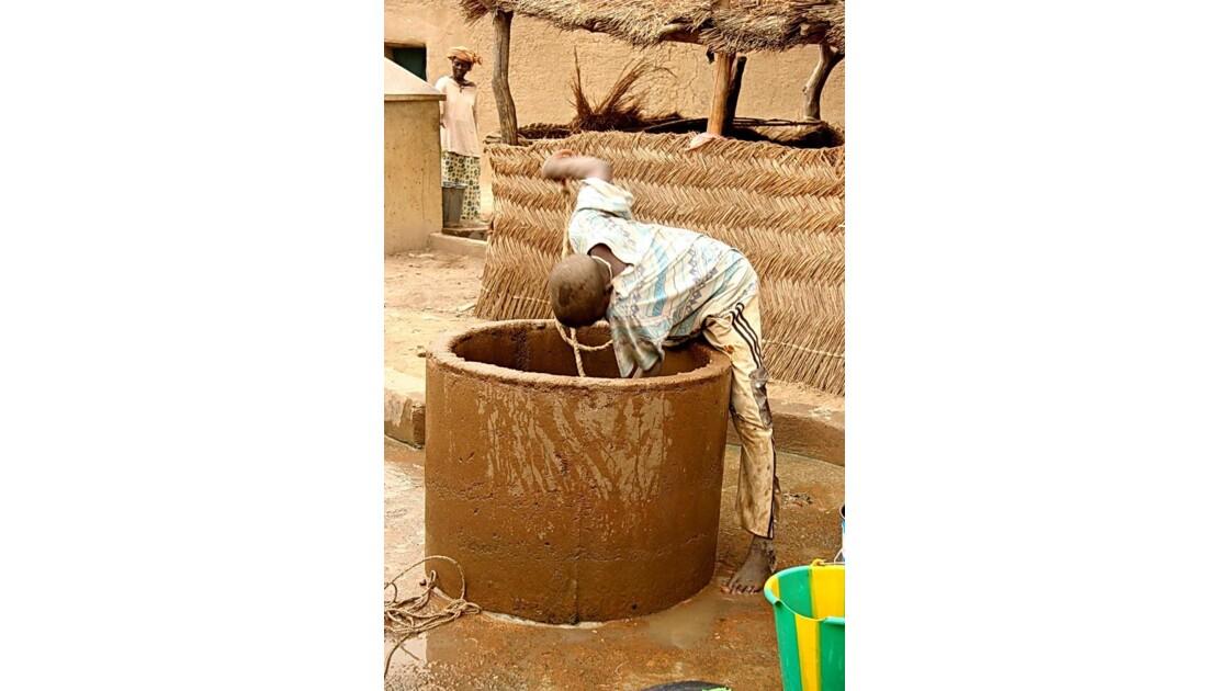 Mali - Djenné - Tirer l'eau du puits