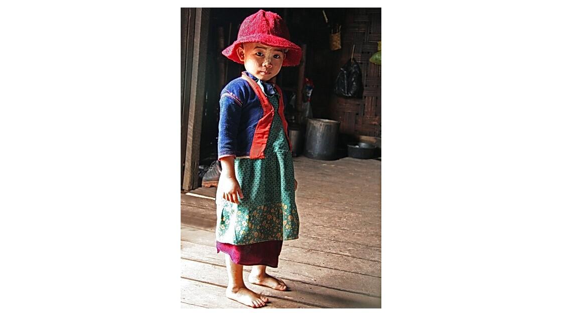 Birmanie - petite fille au chapeau rouge