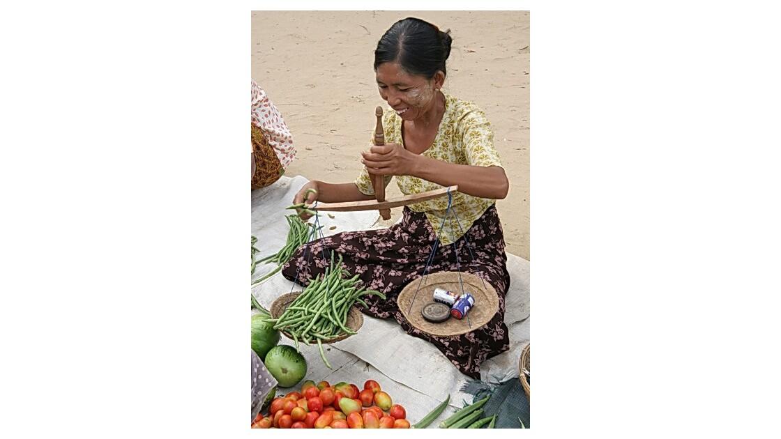 Birmanie - marché - femme à la balance