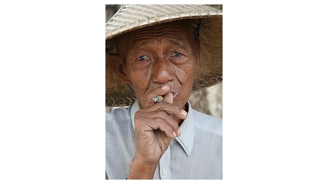 Birmanie - la femme au cigare (cheriot)