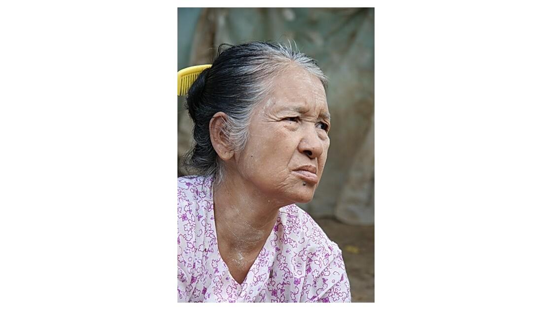 Birmanie - femme au peigne jaune