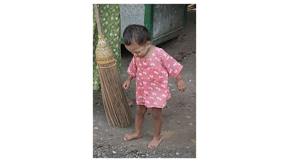 Birmanie - l'enfant et le balai