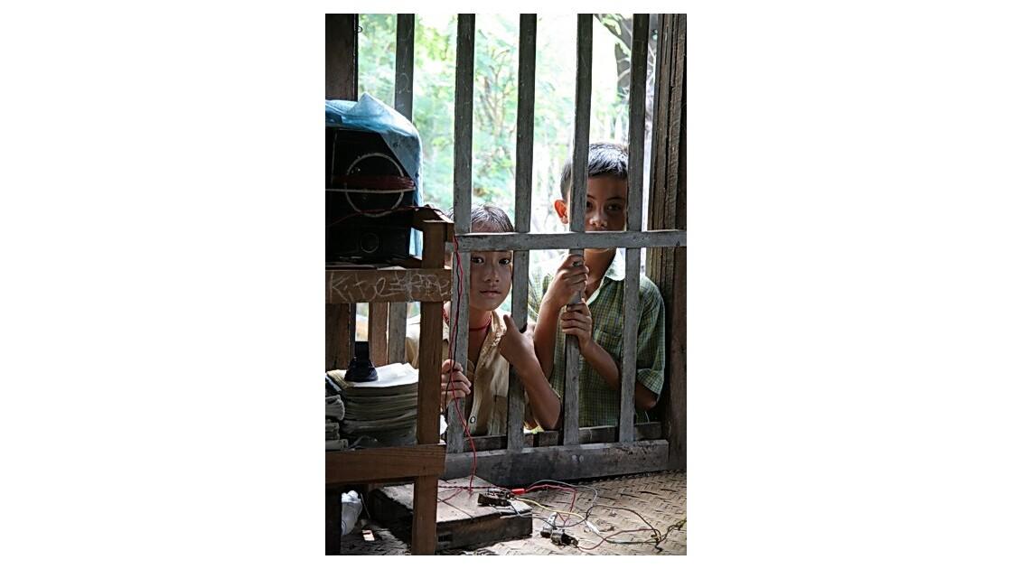 Birmanie - les enfants à la fenêtre