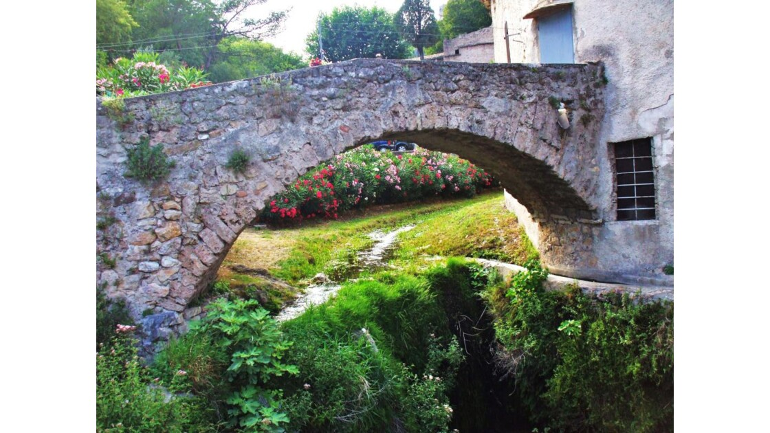 Vieux pont sur le Verdus