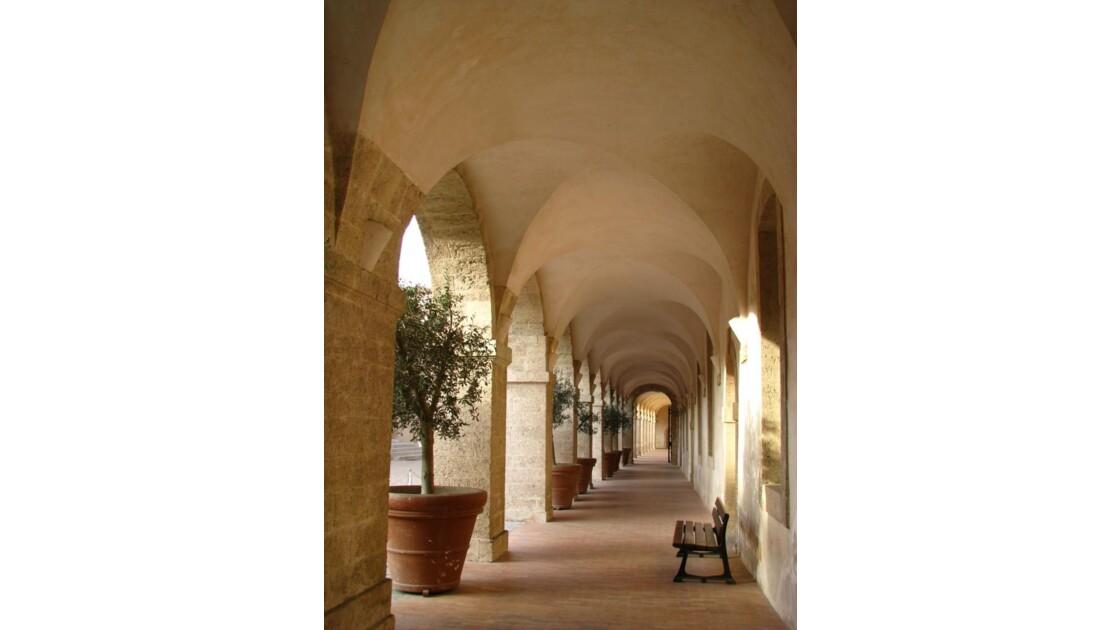 Vieille Charité: pause sous les arcades