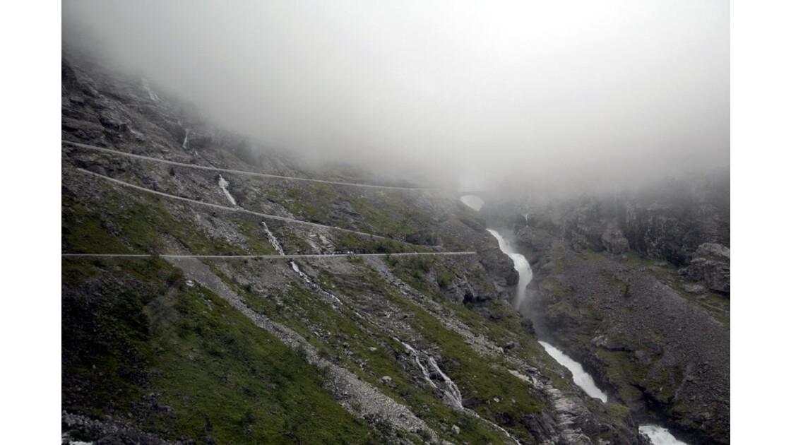 Cascade sous le brouillard.