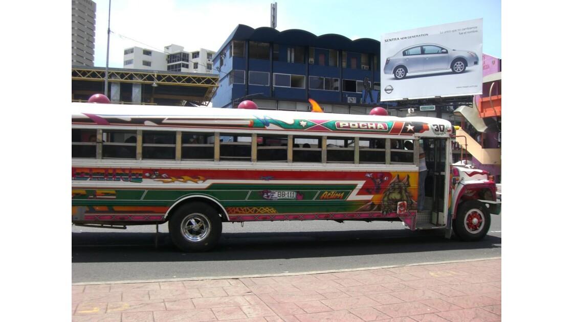 bus bariolé typiquement panaméen
