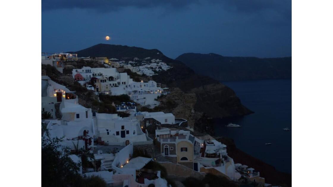 La lune se lève sur Santorin