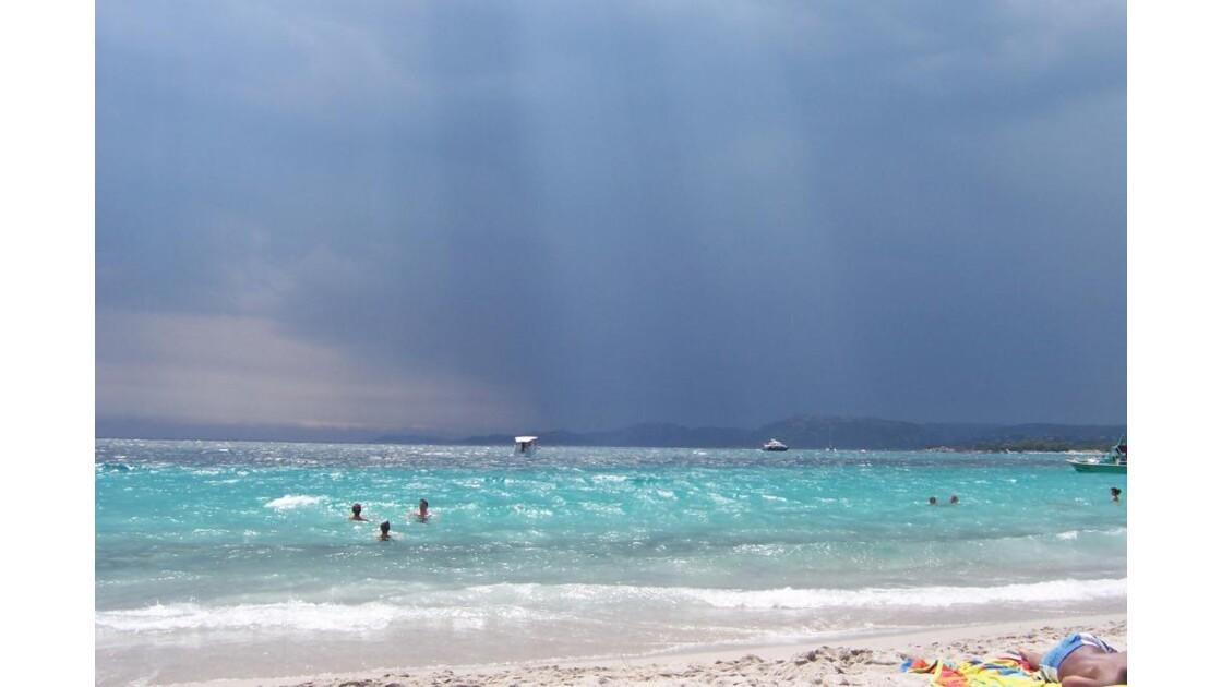 plage de corse sous l'orage