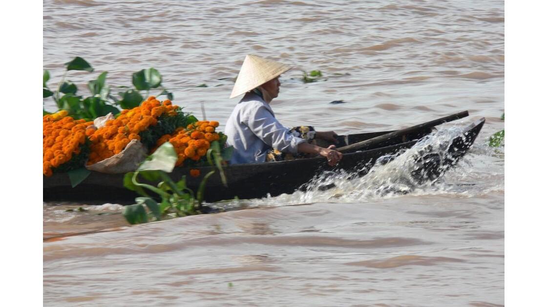 Livraison de fleures sur le Mekong.