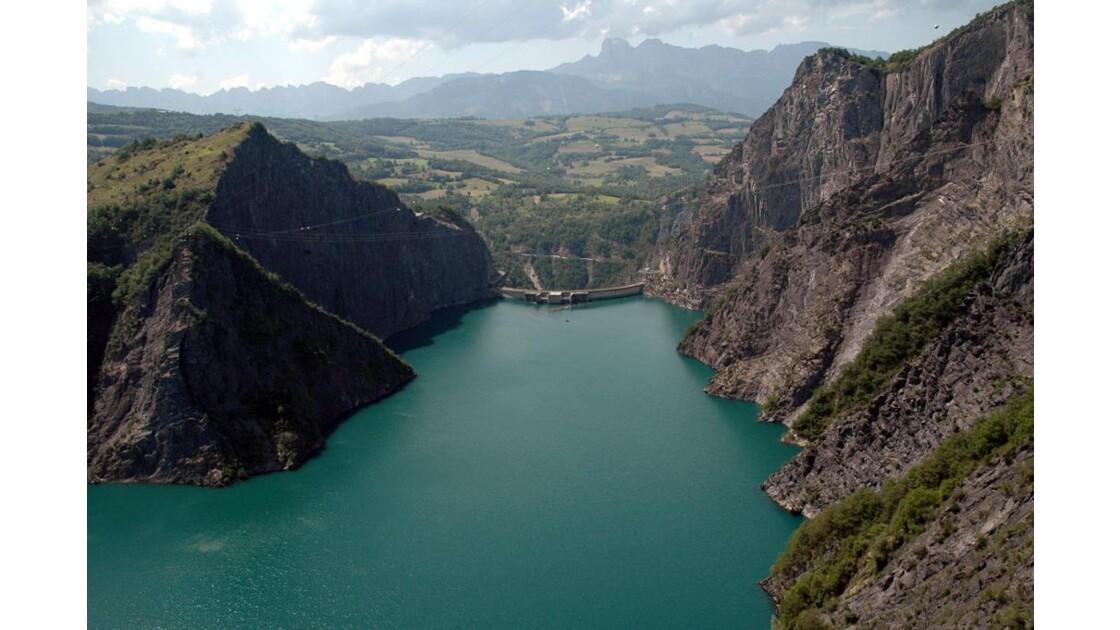 La vue sur le barrage et sur le lac.