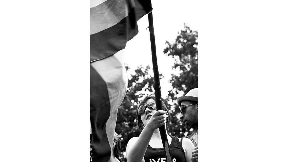 femme brandissant un drapeau